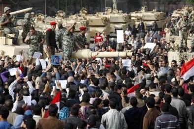 Des militaires au milieu des manifestants, le 30 janvier au Caire.jpeg